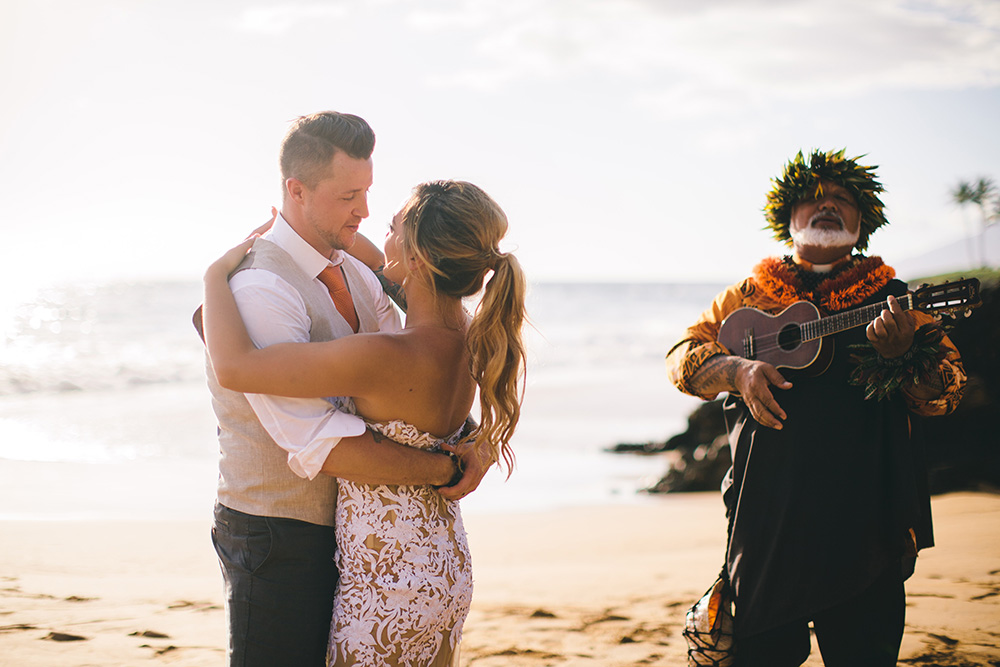 karen and sean getting married at Po'olenalena Beach, photographed by cadencia photography.