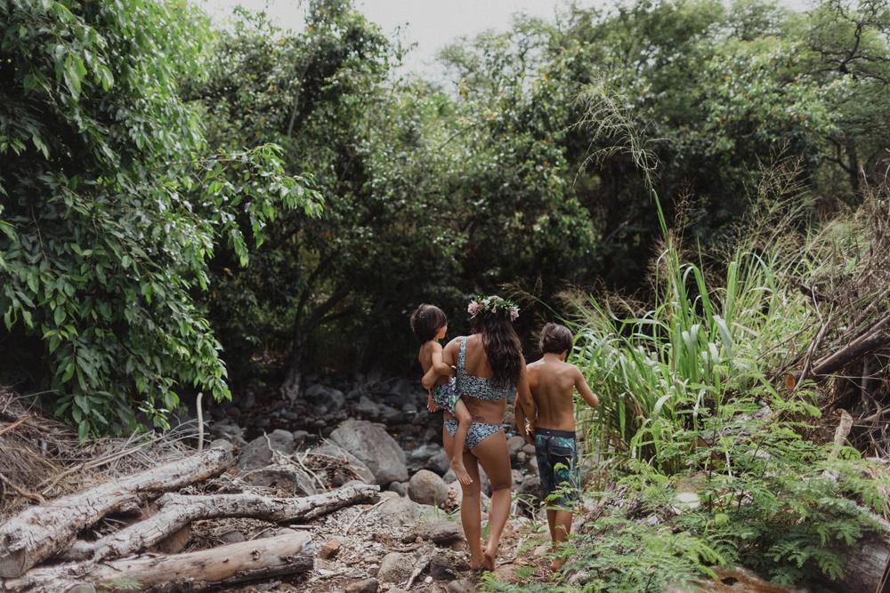 exploring lahaina during maternity photos